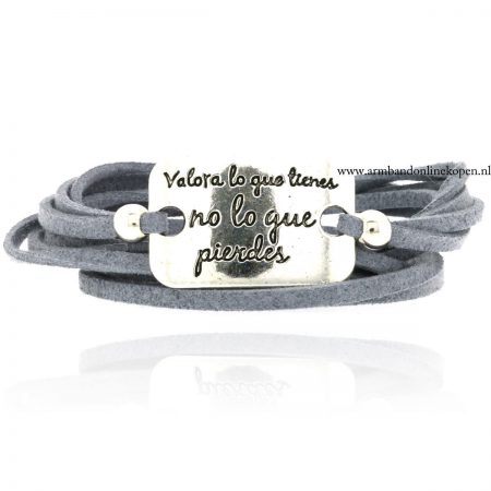 Quote Wikkel Armband grijs