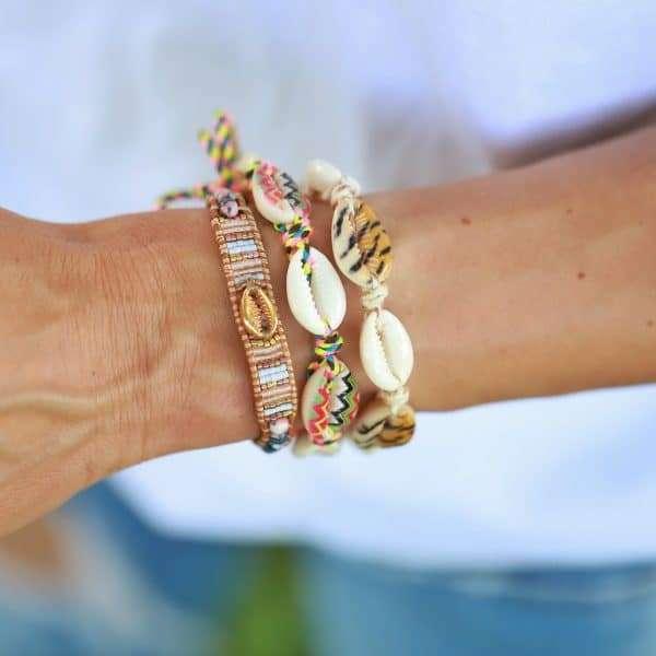 verschillende schelpen armbanden